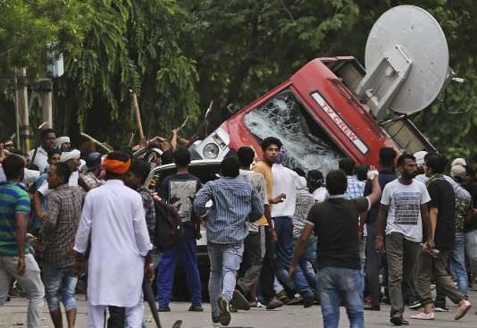La condamnation pour viol d'un gourou controversé a déclenché la fureur de plus de 100000 de ses soutiens rassemblés pour le verdict, vendredi 25 août, en Inde.