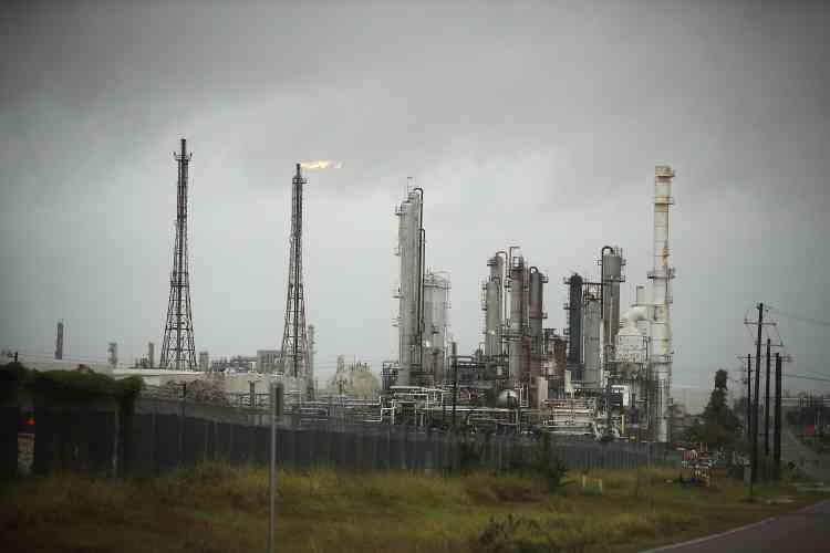 Les raffineries ont été fermées et les plateformes pétrolières évacuées. La région du golfe du Mexique abrite 45 % de la capacité de raffinage des Etats-Unis.