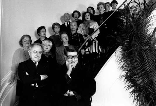 Pierre Bergé, Yves Saint Laurentet les « anciens» de la maison de haute-couture, pour les trente ans de la société, rue Spontini à Paris, en 1992.