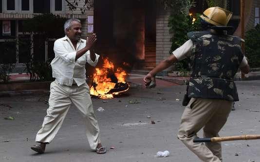 Les autorités indiennes ont déployé des centaines de soldats alors que plus de 100000personnes s'étaient réunies à Panchkula après qu'un tribunal spécial eut reconnu coupable le chef spirituel Gurmeet Ram Rahim Singh du viol de deux de ses adeptes.