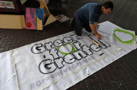 Préparation d'une banderole de soutien aux sinistrés de la tour Grenfell, avant le carnaval de Notting Hill, à Londres, le 25 août.