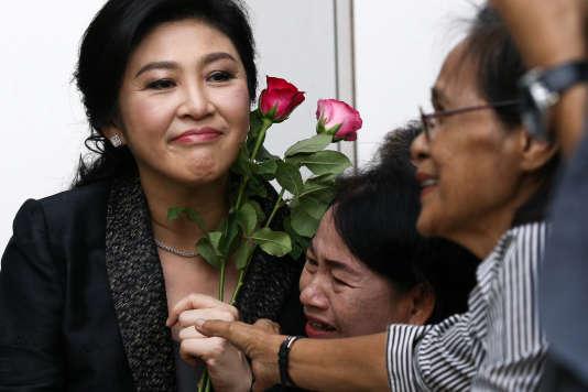 Yingluck Shinawatra entourée de ses partisans, le 1er août à Bangkok.
