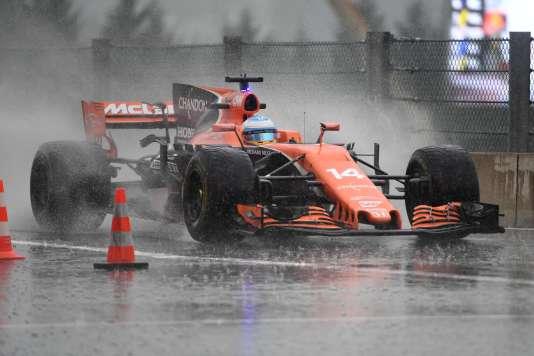 La McLaren de Fernando Alonso, le 25 août lors de la deuxième séance d'essais, qui s'est terminée sous des trombes d'eau à Spa-Francorchamps (Belgique).