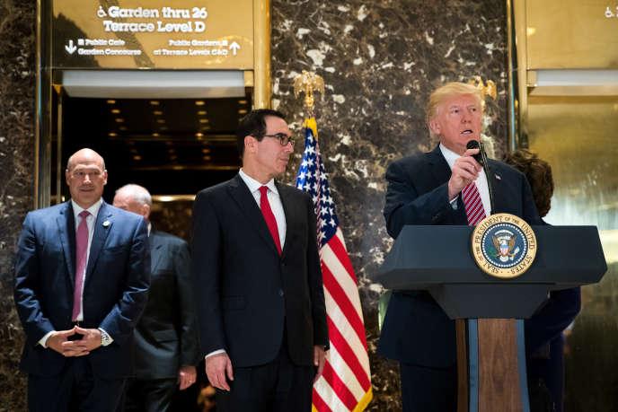 De gauche à droite, le conseiller économique du président des Etats-Unis, Gary Cohn, lesecrétaire au Trésor, Steven Mnuchin, et Donald Trump, le 15 août, à New York.