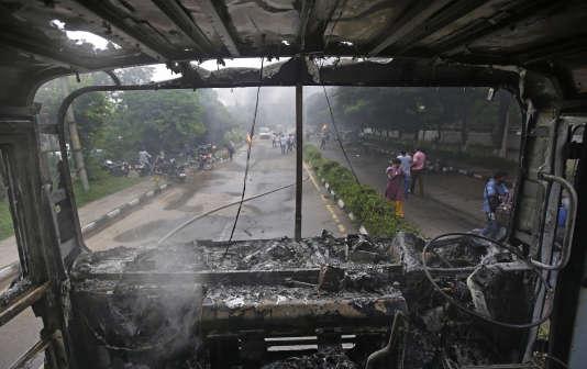 La condamnation pour viol d'un gourou controversé a déclenché la fureur de plus de 100 000 de ses soutiens rassemblés pour le verdict, vendredi 25 août, en Inde.