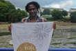 Souleymane Baldé au Festival de cinéma de Douarnenez, avec l'un des quatorze tableaux de sa fresque en tissu.