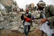 «Selon l'ONU, plus de 5 000 civils ont été tués et 8 700 blessés, la plupart par des frappes de la coalition saoudienne» (Photo: sauvetage à Sanaa, le 25 août, après un bombardement de l'armée de l'Arabie Saoudite).