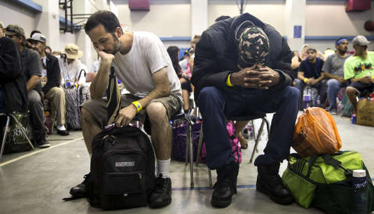 Des habitants de Corpus Christi (Texas) attendent de pouvoir prendre un bus pour évacuer la zone avant que l'ouragan ne frappe, le 25 août.