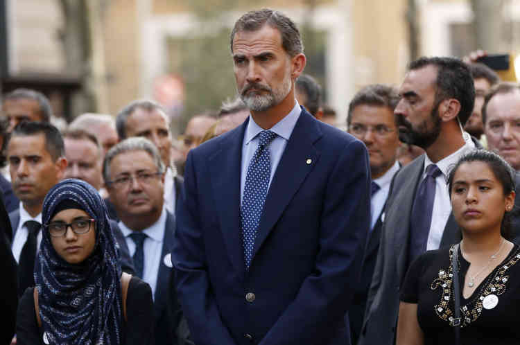 Il s'est positionné plusieurs rangs derrière la banderole de tête, de même que le chef du gouvernement conservateur Mariano Rajoy, et de très nombreuses personnalités politiques: ministres, présidents de régions, chefs de différents partis...