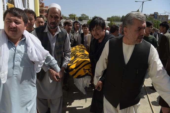 Des Afghans en deuil enterrent des victimes de l'attentat de Kaboul, au lendemain de l'attaque contre une mosquée chiite.