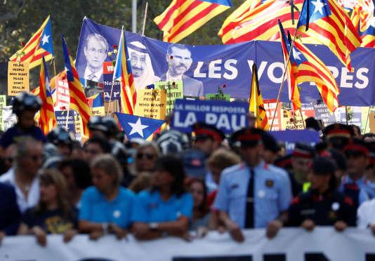 « Vos politiques, nos morts », pouvait-on lire sur une pancarte bleue à l'effigie du monarque espagnol et du roi d'Arabie Saoudite, située en début de cortège et bien en vue des caméras.