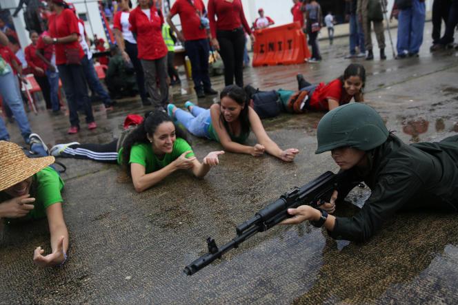 La position du tireur couché enseignée dans les rues de Caracas, le 26 août.