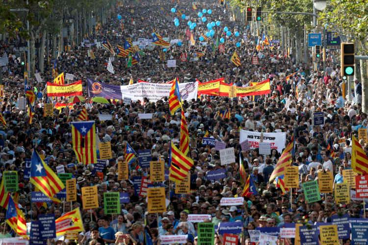 «La meilleure réponse: la paix», «non à l'islamophobie», peut-onlire sur quelques-unes des pancartes dans la foule. De nombreux manifestants sontaussi munis de drapeaux catalans.