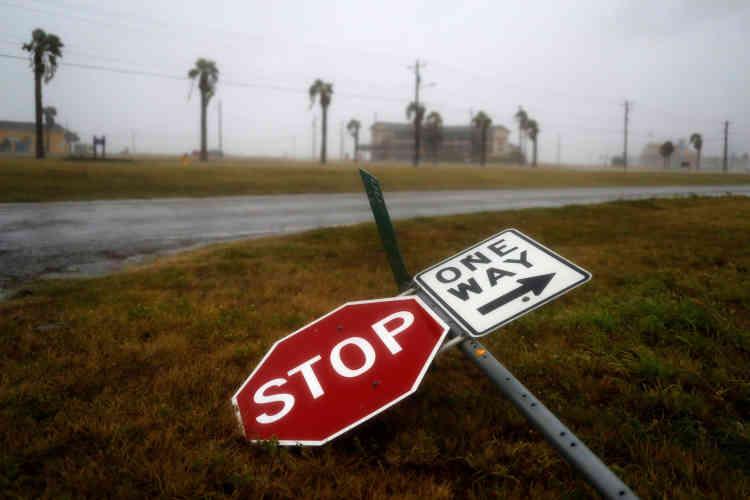 Les premières rafales avaient déjà déraciné des arbres et renversé des poteaux de signalisation vendredi soir.