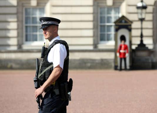 Un policier à Buckingham Palace, à Londres, le samedi 26 août 2017.