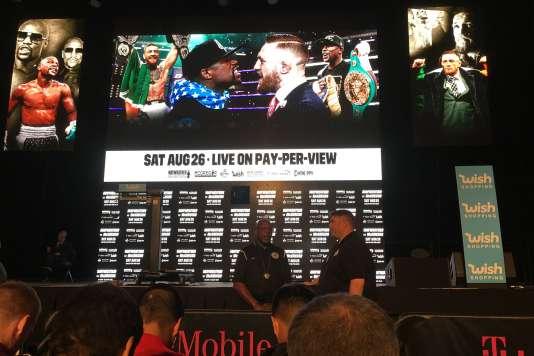 Des fans attendent la pesée des boxeurs, à Las Vegas (Nevada) le 25 août.