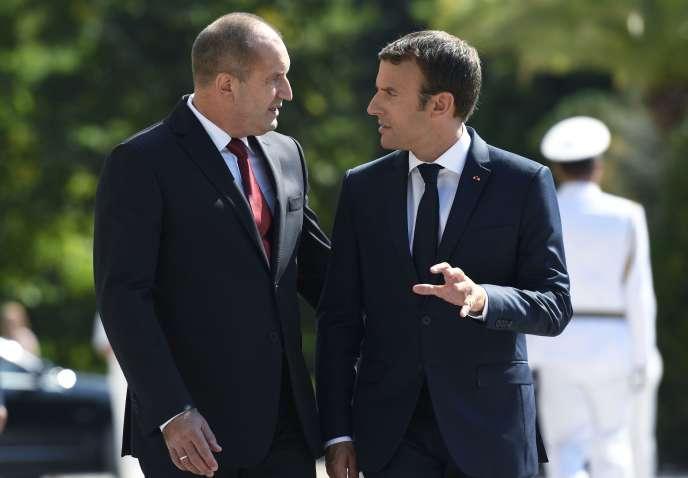 Emmanuel Macron et son homologue bulgare, Roumen Radev,à la résidence d'été du gouvernement, à Varna (Bulgarie), le 25 août.