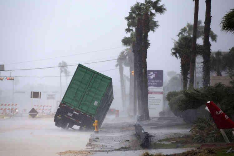 La ville côtière de Corpus Christi (300 000 habitants) a été la première touchée par l'ouragan, qui devrait s'installer plusieurs jours dans la région.