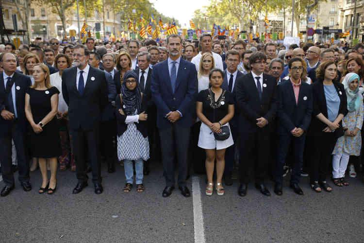 Fait exceptionnel, le roi Felipe VI ( au centre) s'est joint aux manifestants, devenant ainsi le premier souverain espagnol à participer à une manifestation depuis le rétablissement de la monarchie en 1975.