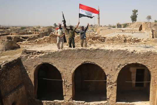 Des combattants de la Mobilisation populaire avec le drapeau irakien, à Tal Afar, le 27 août 2017.