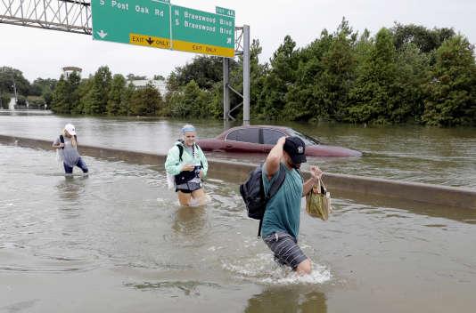 Des naufragés sur l'autoroute, à Houston, dimanche 27 août.