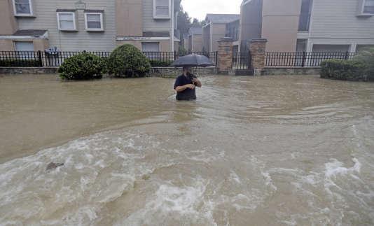 Un homme tente de traverser une rue à Houston, le 27 août.