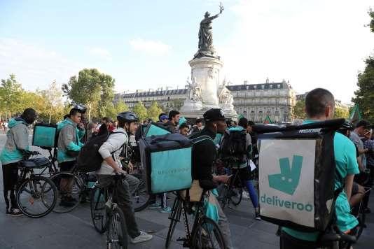 Des livreurs à vélo de la plate-forme Deliveroo manifestent sur la place de la République à Paris, le 11 août.