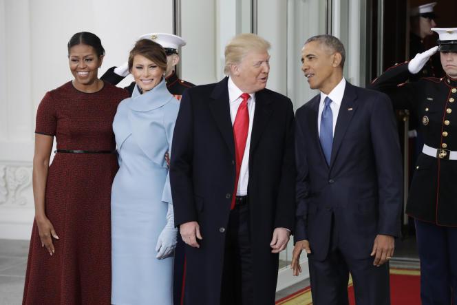 la 20 janvier, Barack Obama et Donald Trump, entourés de leurs femmes, Michelle et Melania, posent côte à côte.