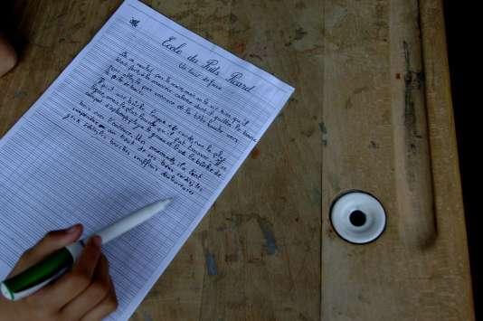 Un élève de CM2 écrit une dictée le 8juin 2007 sous le préau de l'école primaire du Puits-Picard, à Caen.