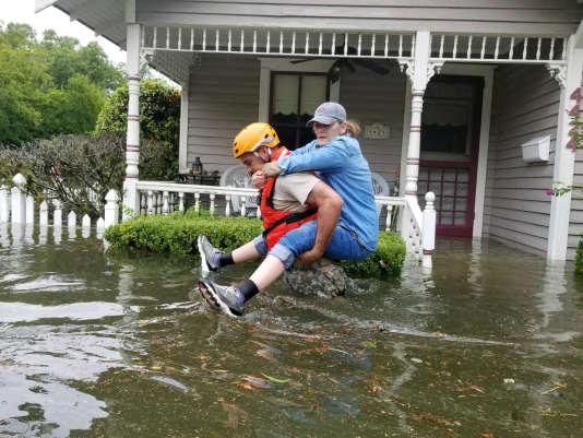 Les milliers de secours déployés à Houston manquent de bateaux légers pour évacuer les victimes.