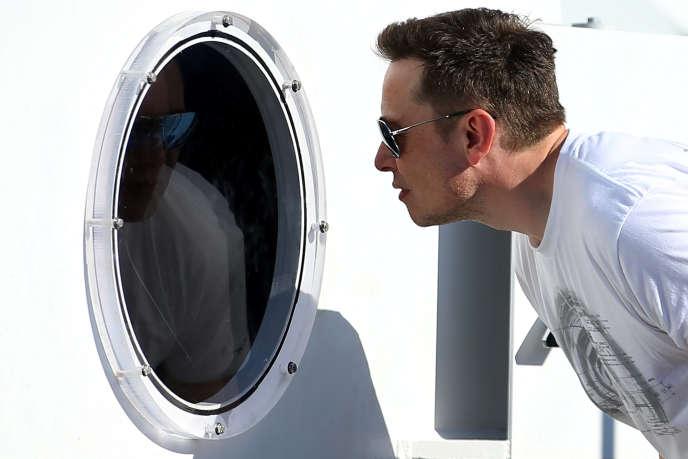 «Elon Musk, le médiatique patron de Tesla et de Space X, a annoncé que le premier modèle de sa start-up Neuralink, visant à construire une interface homme-machine dans le cerveau, serait commercialisé d'ici à 2021». (Photo : Elon Musk, à Hawthorne (Californie), le 27 août).