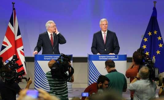 David Davis (à gauche), ministre britannique du Brexit, et Michel Barnier, négociateur en chef de l'UE, à Bruxelles, le 20 juillet.