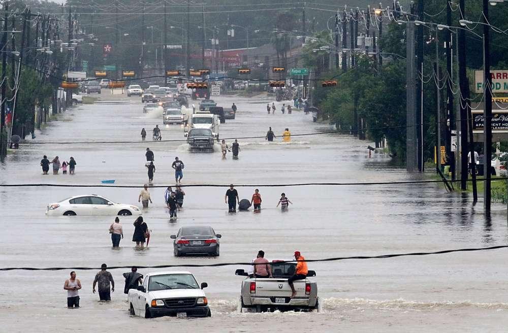 L'aéroport George Bush, le principal de la ville, a fait savoir qu'il suspendait tous les vols commerciaux « jusqu'à nouvel ordre » et que toutes les routes menant à l'aéroport étaient fermées à cause des inondations.