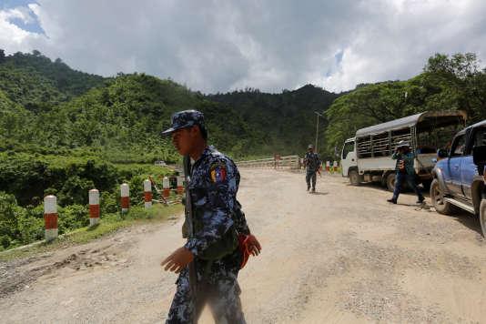 Des policiers montent la garde après une attaque de l'Armée du salut des Rohingya de l'Arakan, àButhidaung, le 28 août.