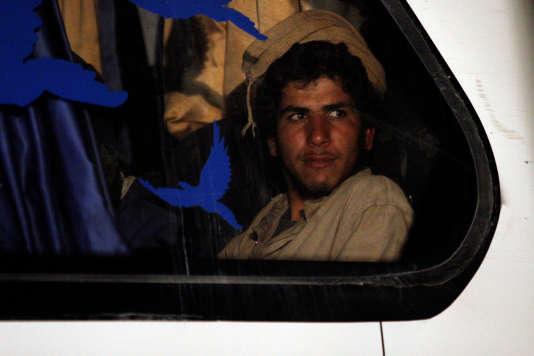 Un membre de l'organisation Etat islamique dans un bus à Qalamoun, le 28 août.