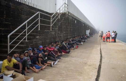 Des migrants dans le port de Tarifa (Espagne), le 16 août 2017, après qu'ils ont été secourus dans le détroit de Gibraltar.