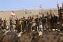 Des soldats de l'armée libanaise font le signe de la victoire, près du village deRas Baalbeck, le 28 août, lors d'un déplacement organisé avec la presse.