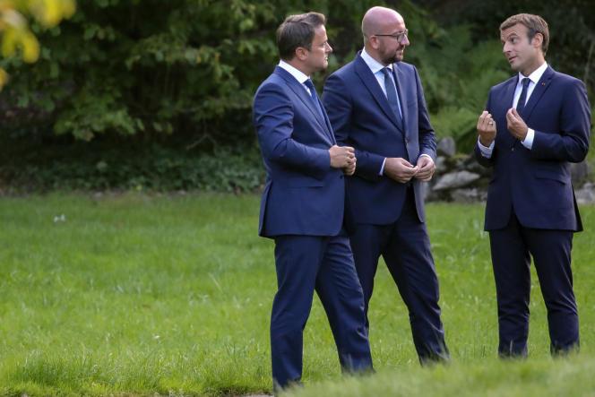 Le premier ministre luxembourgeois Xavier Bettel, son homologue belge Charles Michelet Emmanuel Macron, mardi 29 août au château of Senningen, à Luxembourg.