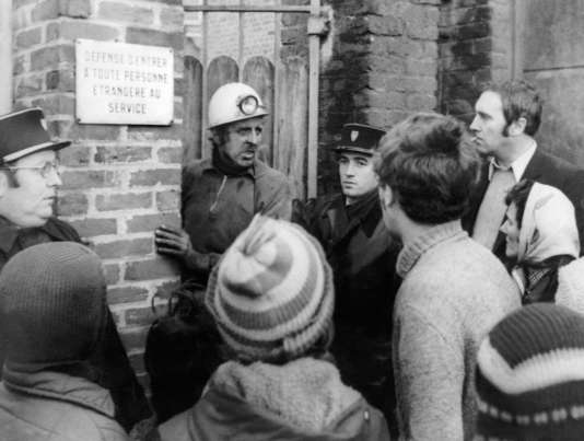 A l'entrée de la fosse de Saint-Amé, à Liévin (Pas-de-Calais), le 27 décembre 1974, peu après la catastrophe.