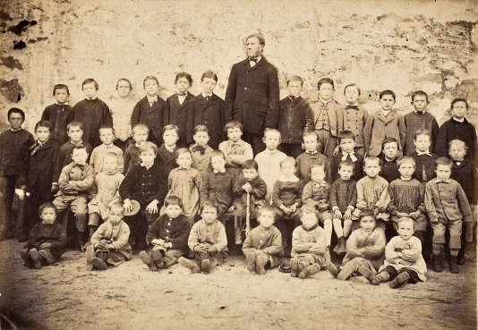 Ecole de garçons de Chailly-en-Bière (Seine-et-Marne), dans les années 1870. La classe regroupe 46 élèves de tous niveaux, venus des hameaux environnants