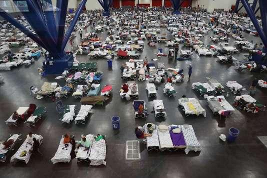 Neuf mille rescapés des inondations dues à la tempête Harvey ont trouvé refuge au George R. Brown Convention Center de Houston mardi 29 août.