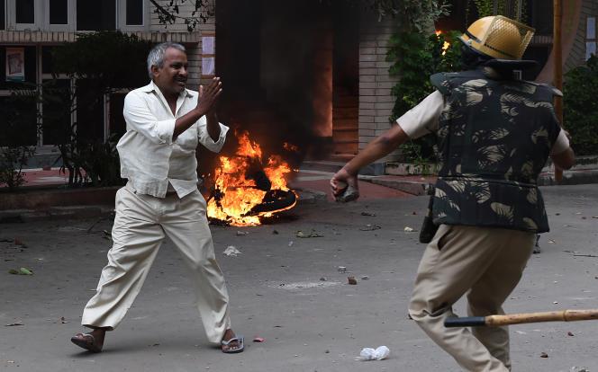 Confrontation entre un membre de la secte de Gurmeet Ram Rahim Singh et les forces de l'ordre, à Panckula, le 25 août.