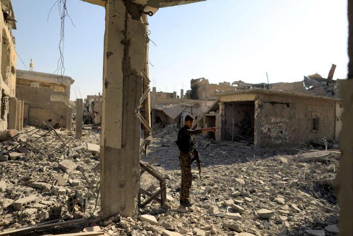 Un soldat des Forces démocratiques syriennes dans la ville de Rakka, le 11 août, en Syrie.