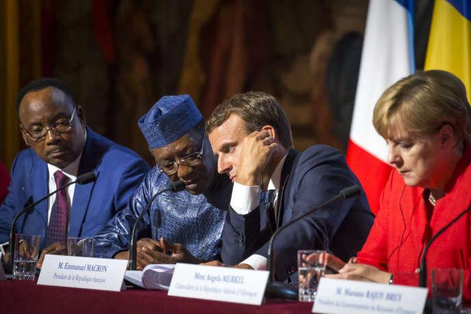 Mahamadou Issoufou, président de la République du Niger, Idriss Déby, Président de la République du Tchad, Emmanuel Macron, président français, et Angela Merkel, chancelière de la République fédérale d'Allemagne (de gauche à droite), participent à un sommet sur les migrants, au Palais de l'Elysée, à Paris, lundi 28 août.