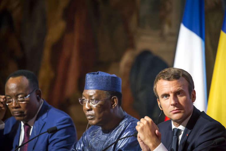 Emmanuel Macron en compagnie de Mahamadou Issoufou, président du Niger (à gauche) et Idriss Deby, président du Tchad, lors du sommet sur les migrants à l'Elysée le 28 août.