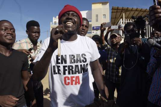 La joie des partisans du militant radical de la cause noire, Kemi Seba, relaxé mardi 29 août, par le tribunal de Dakar. Celui-ci était poursuivi pour avoir brûlé publiquement un billet de 5 000 francs CFA (7,60 euros) à l'occasion d'une manifestation contre la « Françafrique »
