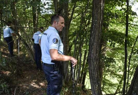 Des gendarmes opèrent une battue dans le secteur de Pont-de-Beauvoisin, où Maëlys, 9 ans a disparu deux jours auparavant.