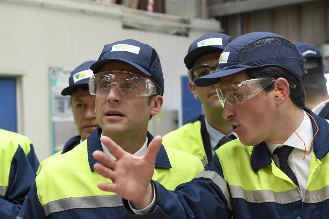 Emmanuel Macron lors de la visite la Verrerie ouvrière d'Albi (VOA), le 4 mai.