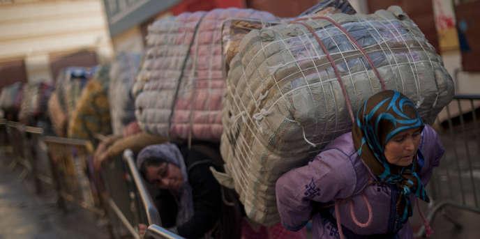 Des porteuses de marchandises au poste-frontière entre le Maroc et l'enclave espagnole de Ceuta, en décembre 2014.