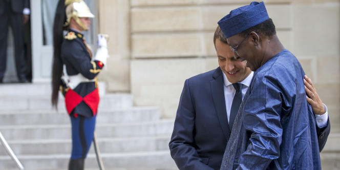 Emmanuel Macron accueille le président tchadien Idriss Deby Itno pour un sommet sur les migrants au Palais de l'Elysée à Paris, lundi 28 août 2017